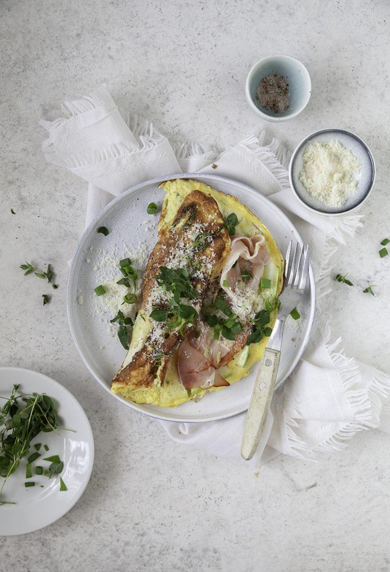 Śniadanie białkowo-tłuszczowe. Prosty przepis na puszysty omlet ze szparagami, szynką i serem
